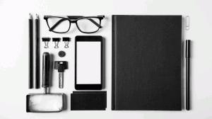 Soft Skills geordneter Schreibtisch mit Utensilien, geradlinig ausgerichtet, alle schwarz