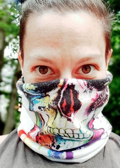 Onboarding Autorin Jessica Reiner mit Schutztuch, untere Hälfte Totenkopf