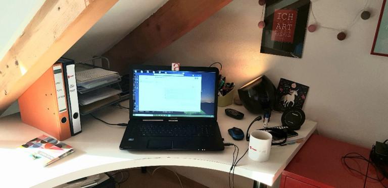 Homeoffice Jessica, Draufsicht, Ecke mit Büroutensilien, Laptop mittig