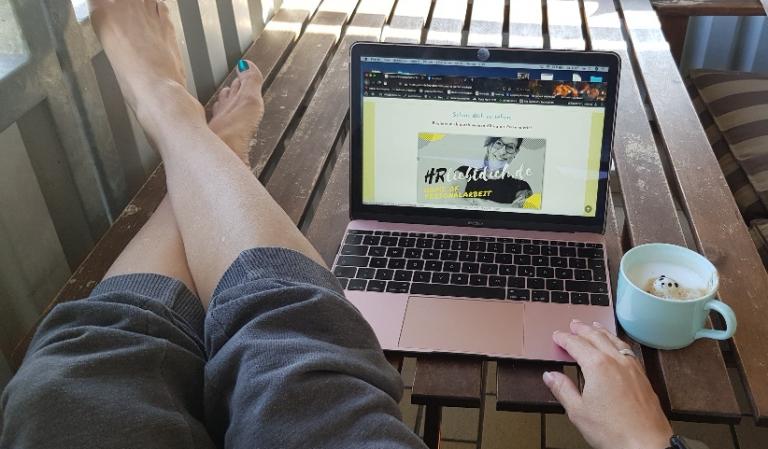 hrliebtdich blog Blick auf Laptop, Balkon, Website