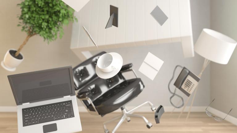 Homeoffice durch die Luft fliegende Bürogegenstände wie Laptop, Tasse, helle Büromöbel, Pflanze, Stuhl, Perspektive von vorne