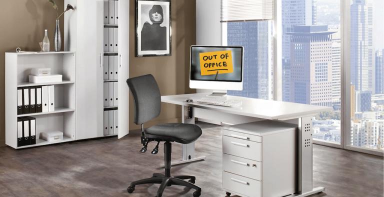 Homeoffice leeres Büro, hell, Blick in eine Stadt, moderne Büromöbel von Kaiser+Kraft, Notiz auf PC: out of office