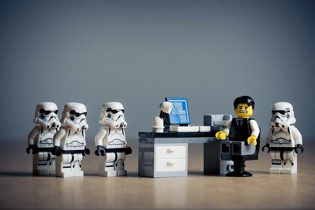 Legoszene, Stormtroopers, Büroangestellter am Schreibtisch schaut ängstlich