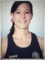 Frau im Top, dunkle Haare, Vereinsshirt mit Namensaufdruck Jessy
