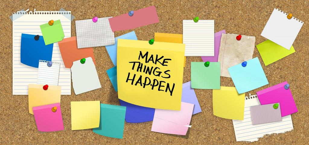 Viele bunte Klebezettel, in der Mitt gelb mit Schrift Make Thinks Happen