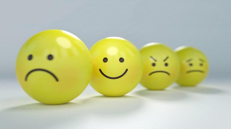 Optimisus, 4 Smileybälle, 3 zornig, Fokus auf 1, der lacht