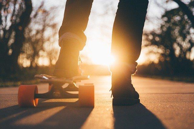 identifizierst du dich? Skateboarder mit Sonnenuntergang im Hintergrund